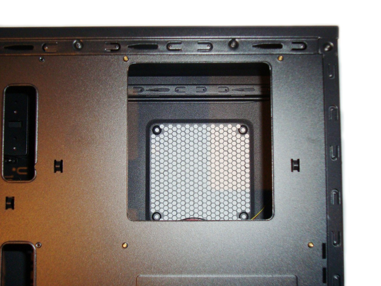 Chieftec LIBRA LF-02B  - otwór do montażu coolera cpu