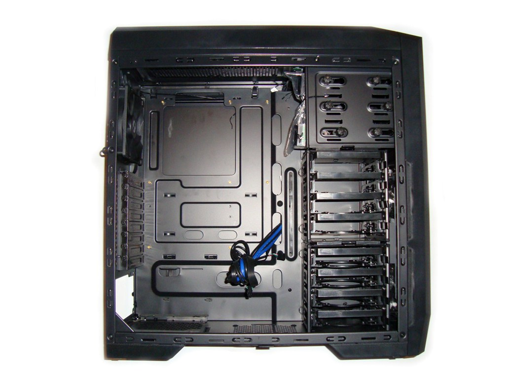SilentiumPC Gladius X80 Pure Black - Widok po zdjęciu lewego panelu