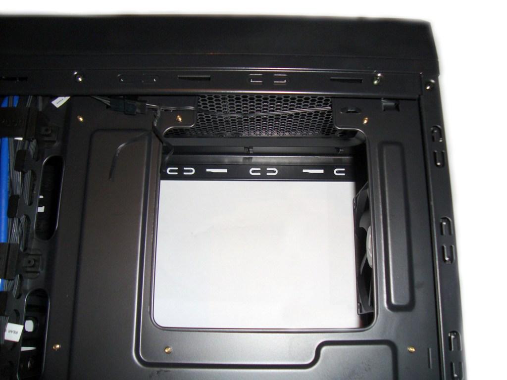SilentiumPC Gladius X80 Pure Black - otwór do montażu coolera cpu